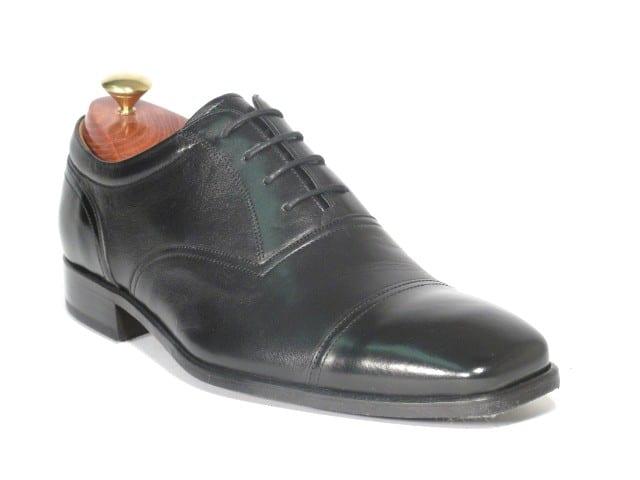Barker Aaron, en sko som är ihopsatt enbart med lim. Det syns på den tunna sulan och att sulkanten är mycket nära ovanlädret. Bild: http://www.donaghys.co.uk