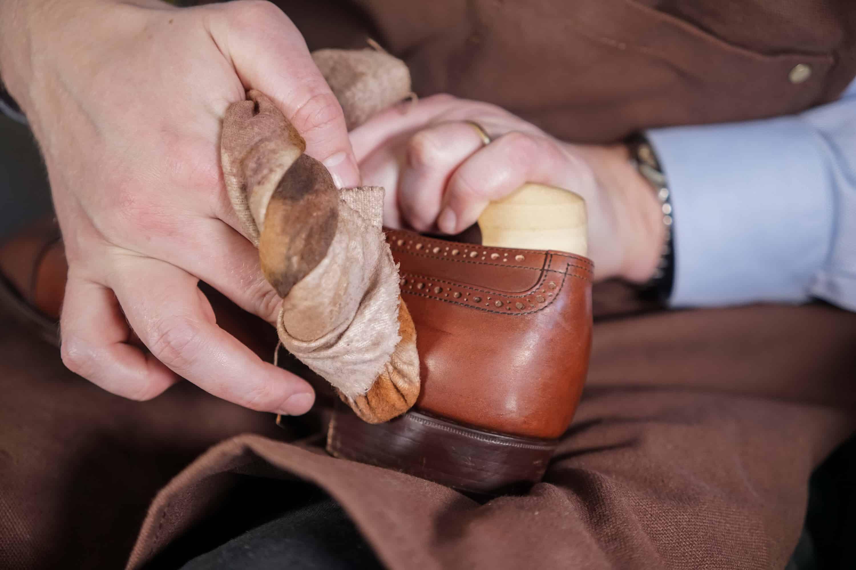 e071c3dc8fe Ta en mindre mängd tvätt på trasan och gnugga ordentligt över ett område på  skon. Ofta får du gå över den flera gånger, inte minst på tån där flera  lager ...