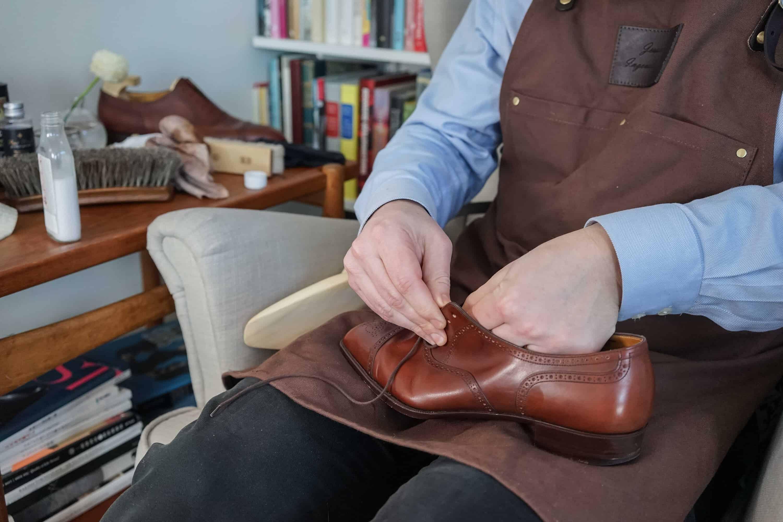 5d96de6be4f Börja med att plocka ur skosnören och torka av skorna med en fuktig trasa.