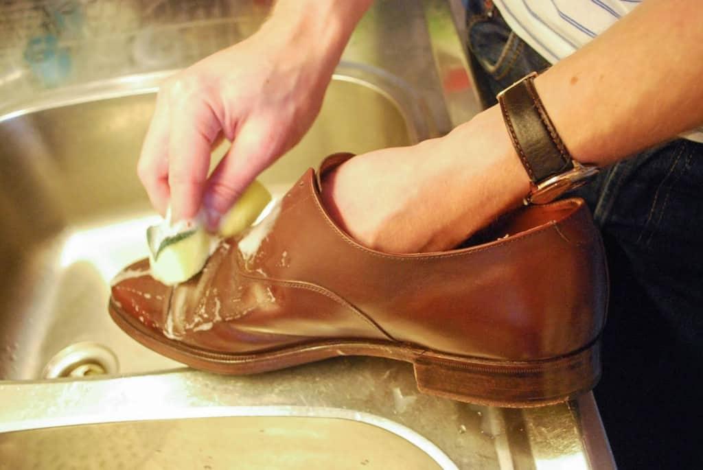 Bearbeta skorna ordentlig med läderrengöringen.