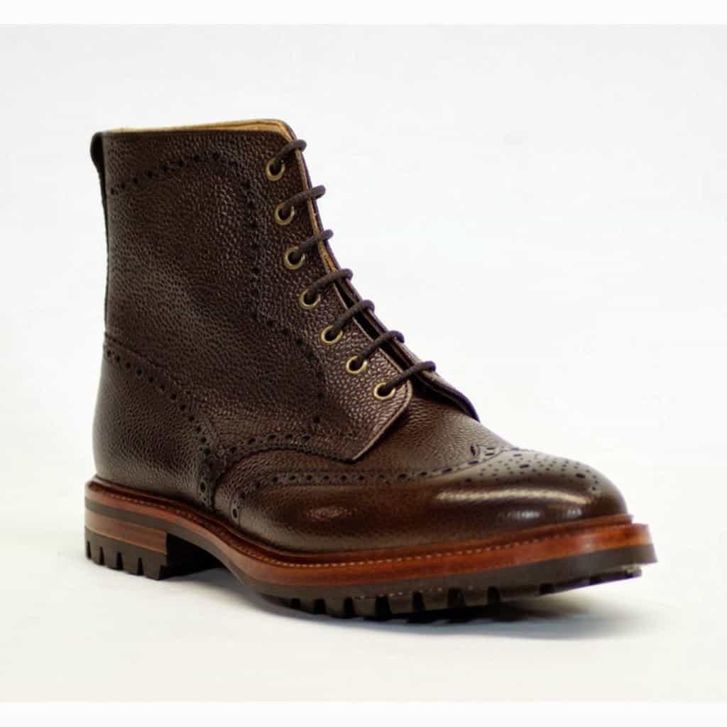 Grövre brogue-kängor är favoriter hos många. Här Alfred Sargents Hannover i mörkbrun grain, med ordentlig Commando-sula. Hos Shoe Healer kostar den Cirka 3400 kronor.
