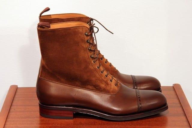 Balmoral boots är ett elegant kängalternativ som fungerar utmärkt även till kostym. De finns ofta i olika tvåtonsalternativ, som denna från Carmina 80092 i mörkbrunt läder och ljusbrunt mockaskaft. Har York-sula där midjan är i läder, resten gummi. Kostar 3800 kronor hos Skoaktiebolaget.
