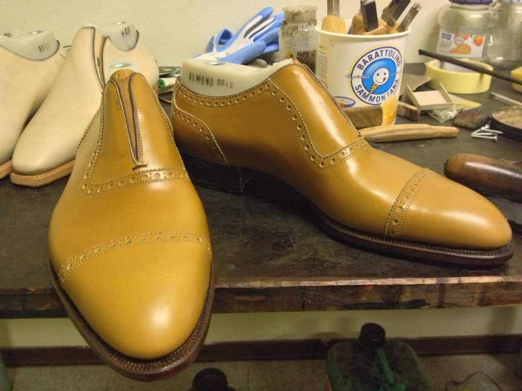 Här är skorna färdiga genom bottningen, och har i princip bara finishen kvar.