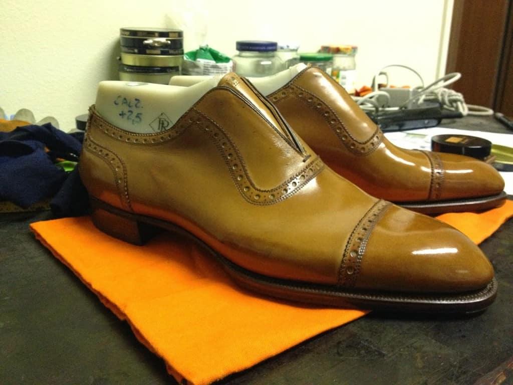 Här är skorna nästan helt klara. Återstår bara att göra snörhålen och sätta dit skobanden. Alla bilder ovan: Riccardo Freccia Bestetti