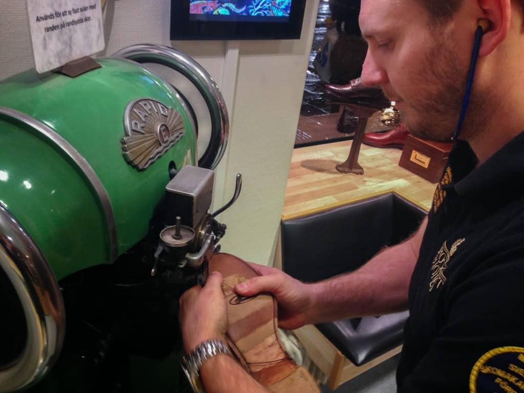 ...men det är den maskin som de använder i arbetet. Marcus tycker att det är en snygg maskin som dessutom gärna skapar snack bland kunderna, och valde därför att ställa den ute i butiken.