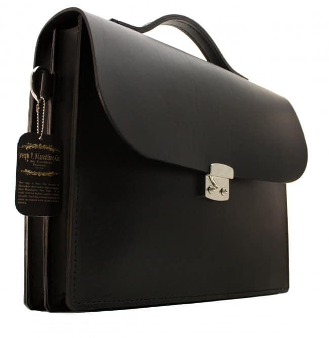 En ren, svart portfölj i J.P. Marcellinos typiska styvt garvade läder.