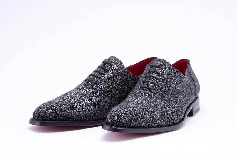 I utbudet har Olivery Grey också ett några modeller i stingrocka, för den lite mer vågade. Priset är relativt lågt för skor i det här materialet: 7100 kronor (€800).Alla bilder: Oliver Grey