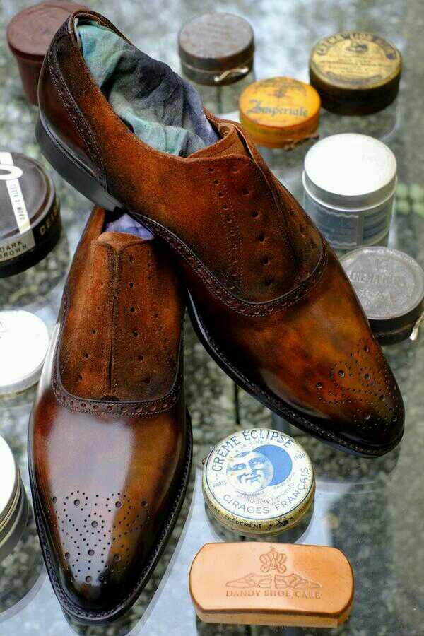 Det här är något av det läckraste jag sett på senare tid: ett par av J. FitzPatricks-skor som patineringskungen Alexander Nurulaeff på Dandy Shoe Care gått över. Här är det alltså inte bara det slätpressade lädret som patinerats, utan även mockan. Mycket vackert. Bild: Dandy Shoe Care