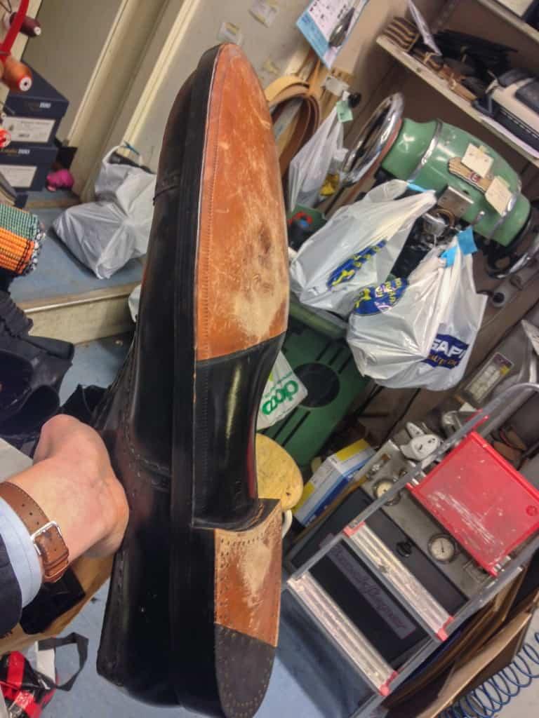 Skorna är tillverkade i C.G. Ströms skofabrik i Kumla på 50-talet, och är Goodyear-randsydda med ritsnedläggning och en snyggt välvd midja. Den stod i en herrekipering som låg vid Medborgarplatsen förut, och Christer och Dennis hade fått korn på den och var snabbt där när butiken fick stänga.