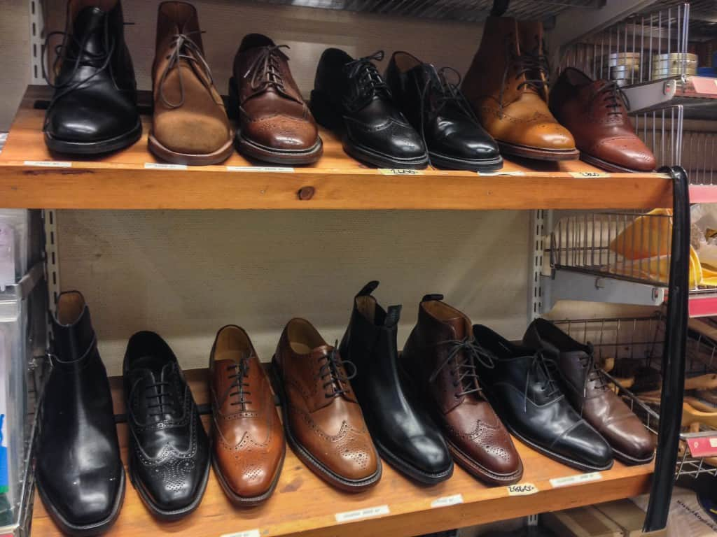 De säljer en hel del skor i butiken, och fler och fler blir det.