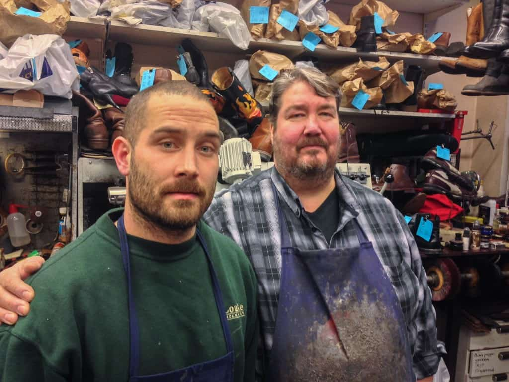 Son och far, Dennis- och Christer Boström, två tvättäkta Stockholmare som driver Södermalms Sko & Nyckelservice ihop.