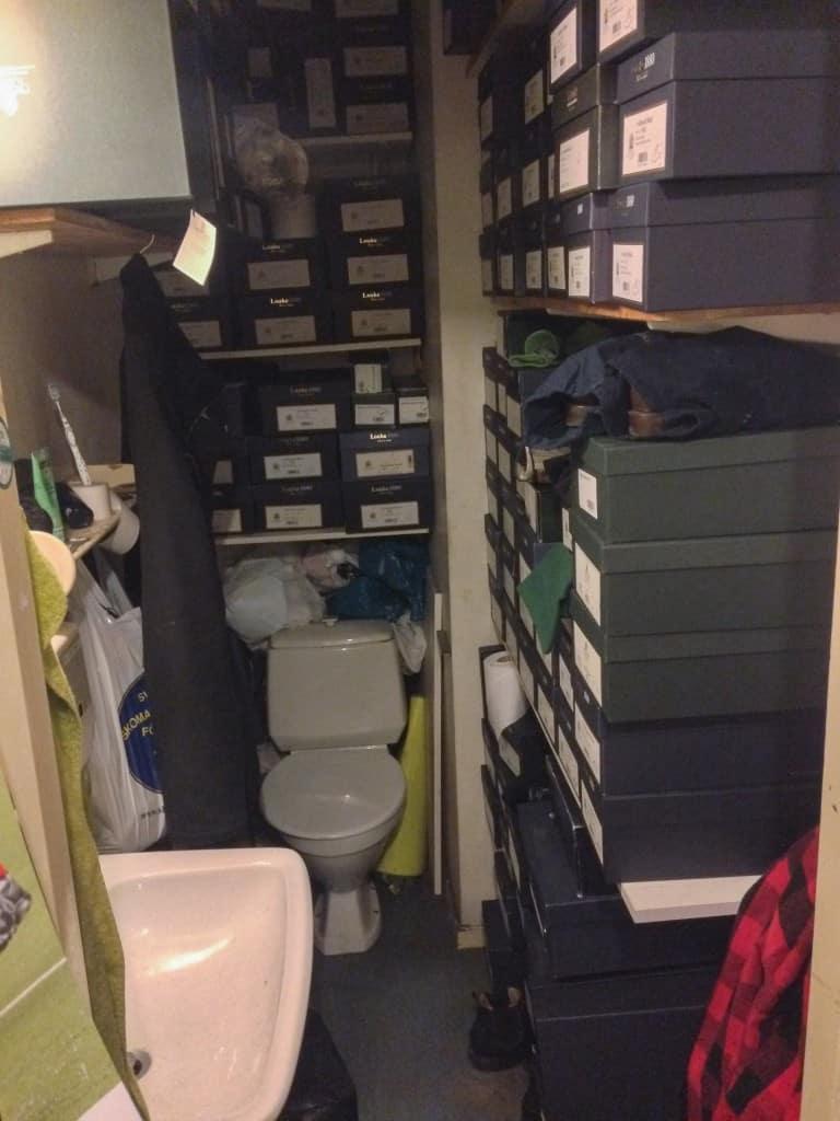 Har man dåligt med plats får man vara kreativ. Toalett ombyggd till kombinerat lager.