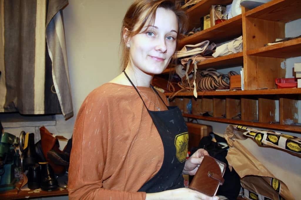 Viktoria Nilsson har en gedigen utbildning bakom sig, och är nu tredje generationens skomakare. Bild: Skellefteå Online