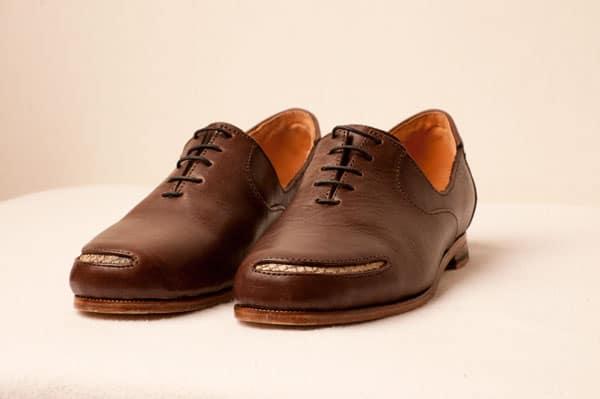 James är en låg derby, med laxdetaljer i tån. Båda modellerna finns i brunt och svart.
