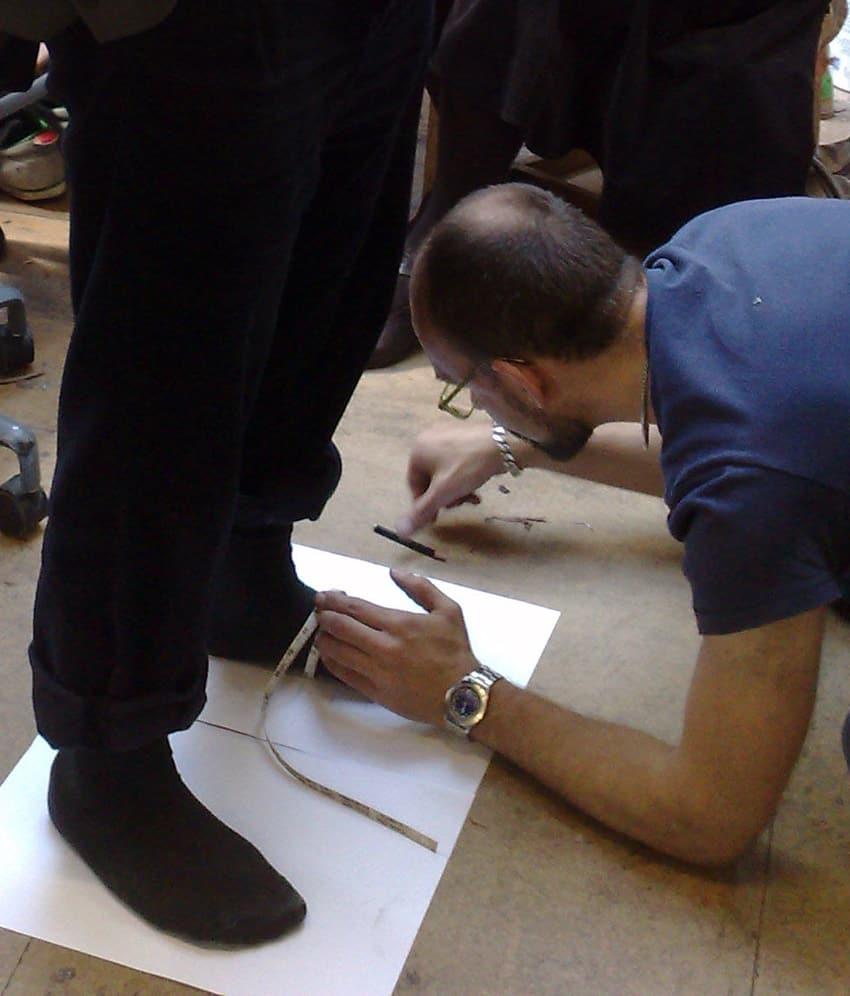 De allra flesta av oss har inte möjlighet att få bespoke-skor gjorda exakt efter våra mått, och därför är det ständigt en jakt på modeller och läster i världens RTW-utbud som sitter bra på ens egna fötter. Bild: Carréducker Översta bilden: The Rake Online