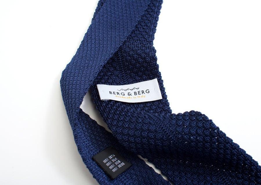 De för tillfället mycket populära grenadine-slipsarna i en mörkblå tappning. Bilder: Berg & Berg