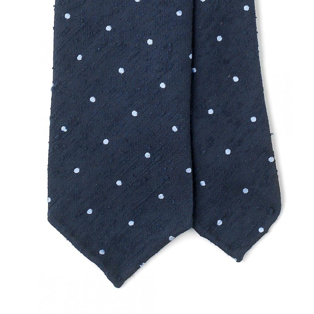 En klassisk blå-vit polka-dot-slips i det lite mindre klassiska materialet shantung, en lite ruffare variant av silke som tar ner formalitetsnivån på slipsen. Bilder: Drake's