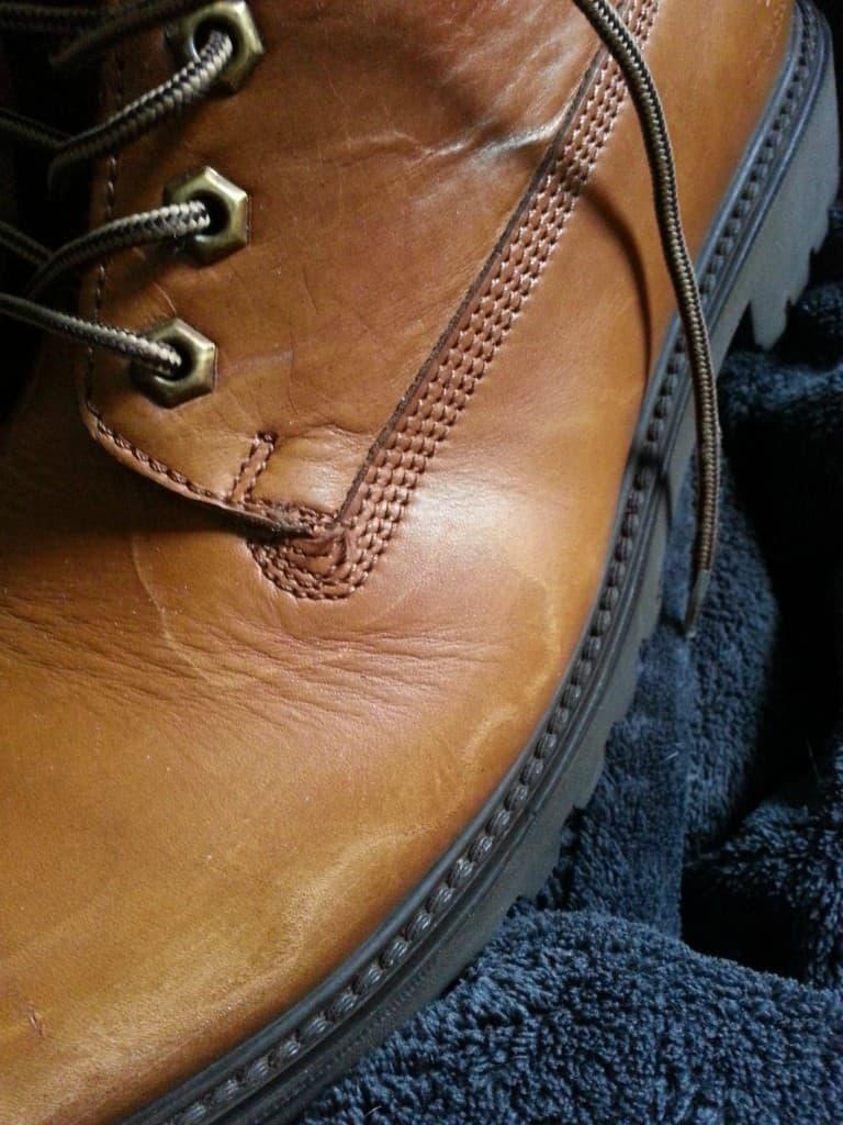 En sko där man inte fått bort saltet i tid, som fått permanent en permanent skada. Bild: Imgur