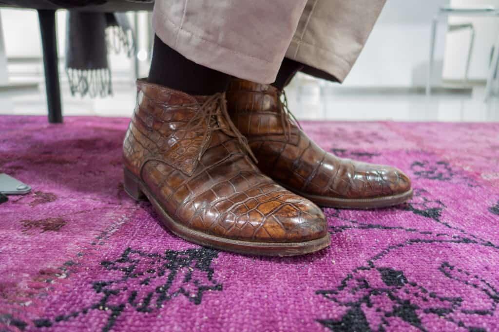 Under dagen var det de här skorna Riccardo Bestetti hade på sig, ett par chukkas i brunt alligatorläder.