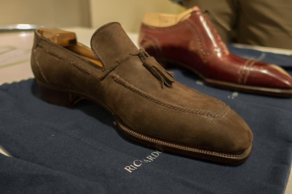 Tassel loafer i brun mocka på en loafers-läst med mjukt fyrkantig tå.