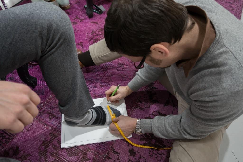 I den här sittande positionen, för mätning av kunders fötter, satt Riccardo under stora delar av lördagen.