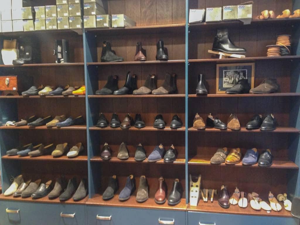 Hyllan med skor från Andrés Sendra Shoemaker, ett trevligt tillskott på den svenska kvalitetsskomarknaden.