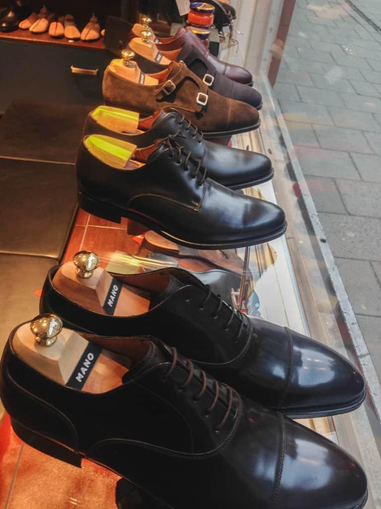 Mano skor, tillverkade då av Andrés Sendra, i skyltfönstret.