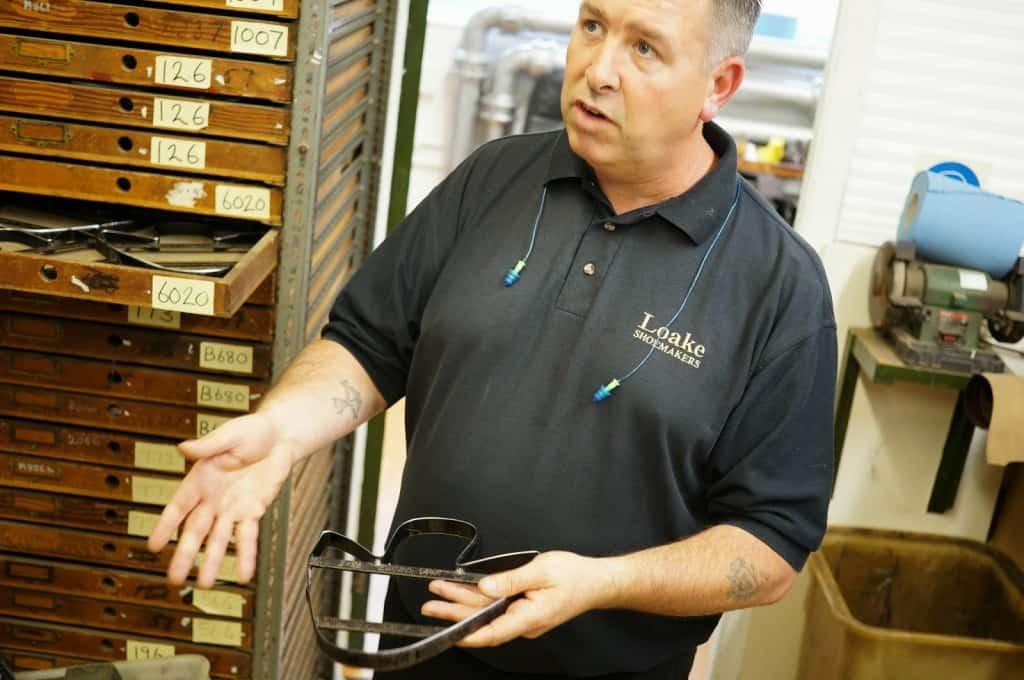 Fabrikschefen Brendon när Shoegazing besökte Loake i Northampton i höstas.