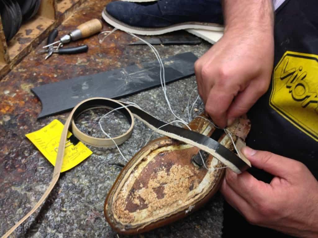 Bassam på Larssons skomakeri i Göteborg har precis börjat sy dit en ny rand på en Goodyear-randsydd sko.