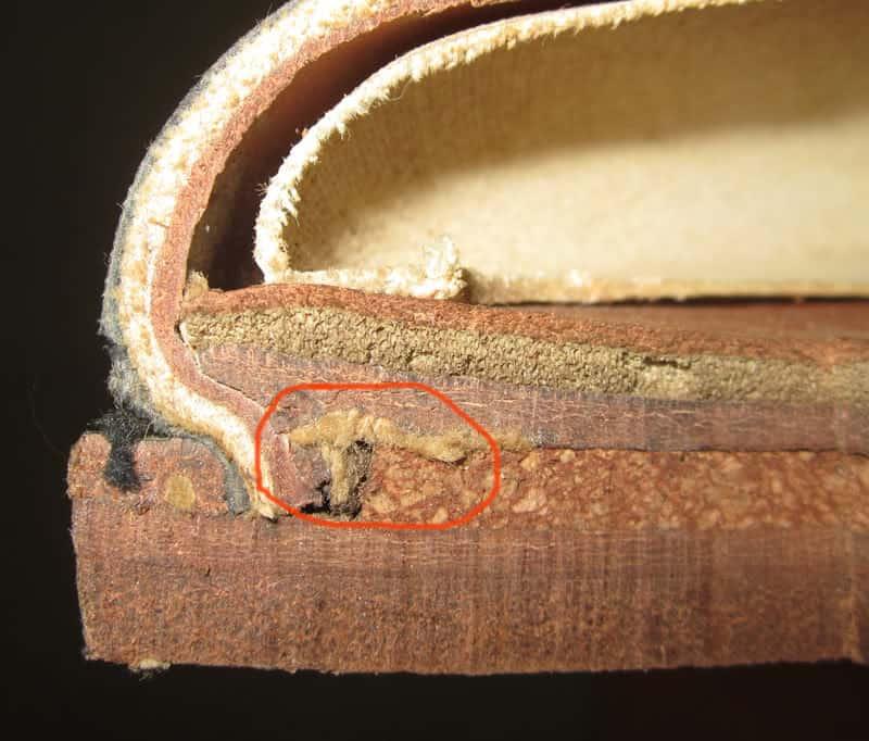 En genomskärning av en grövre, dubbelsulad sko. Inringat är kanvasremsan. Notera också hur tjockt korklagret är, för att fylla ut hålrummet.