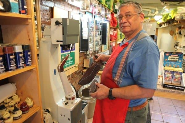 En amerikansk skomakare framför en modern variant av McKay-maskin. Bild: Yelp