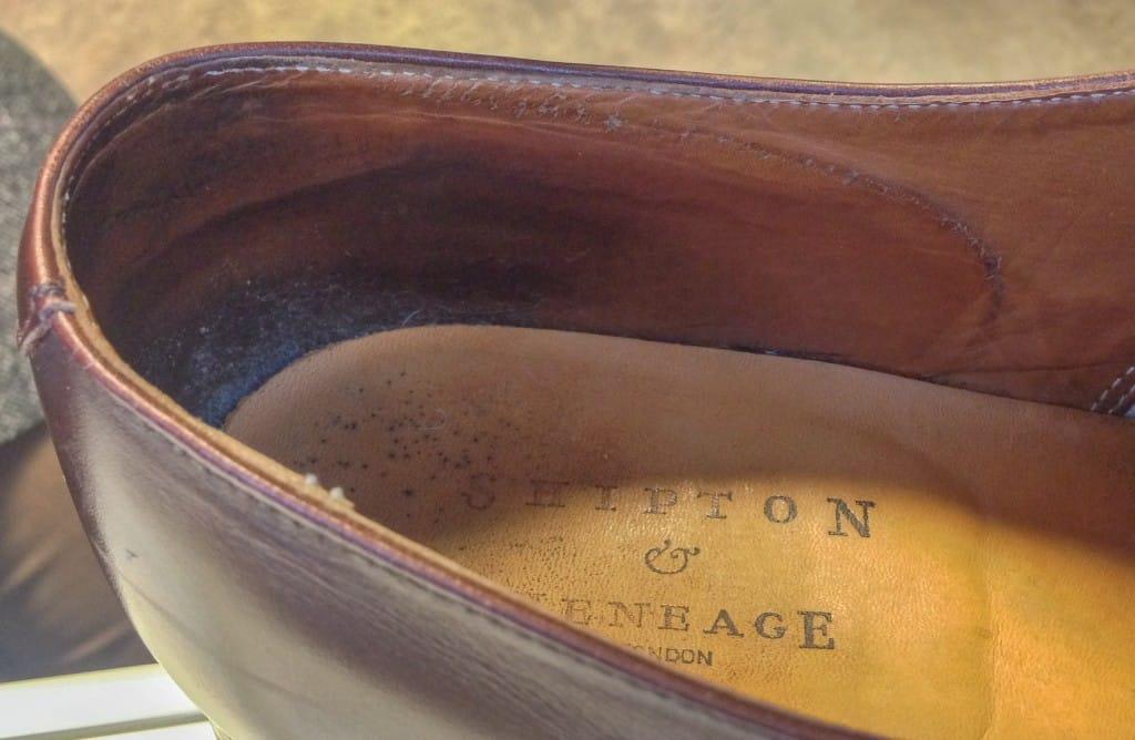Mina Crockett & Jones Connaught gjorda för Shipton & Heneage har många år på nacken, och kanske max smörjts in på insidan två gånger. De fick nyligen lämnas in till skomakaren för att hälhättan trängt igenom innerfodret och börjat skava. Hade jag skött dem lite bättre, även den halvan av skorna som är riktad inåt, så hade de kanske gått ett år till innan detta skett.