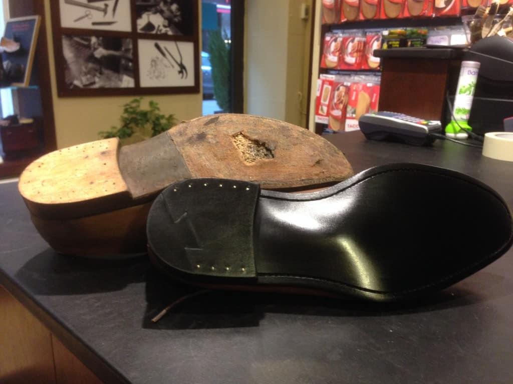 Här ett lite mer raffinerat arbete, en helsulning med fiddle waist. Överst ser ni hur skorna såg ut innan.