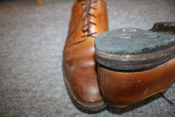 En klack på Dainite-sulad sko som är ordentligt nött.