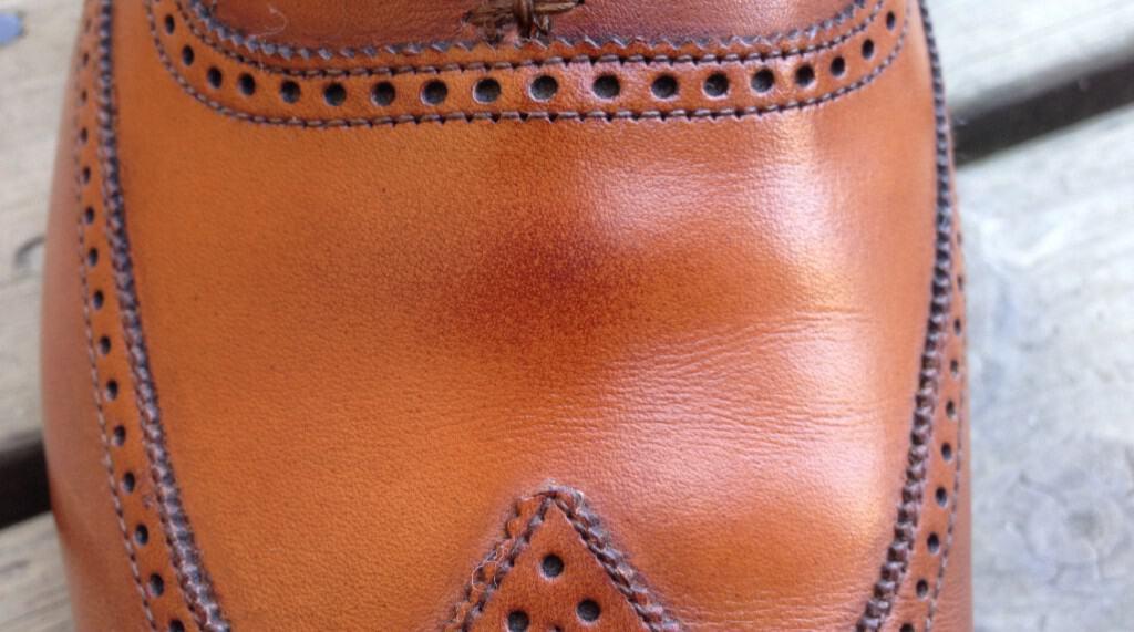 Så här ser fettfläcken ut som Erik fått på sina nya skor från Crockett & Jones. Bild: Privat