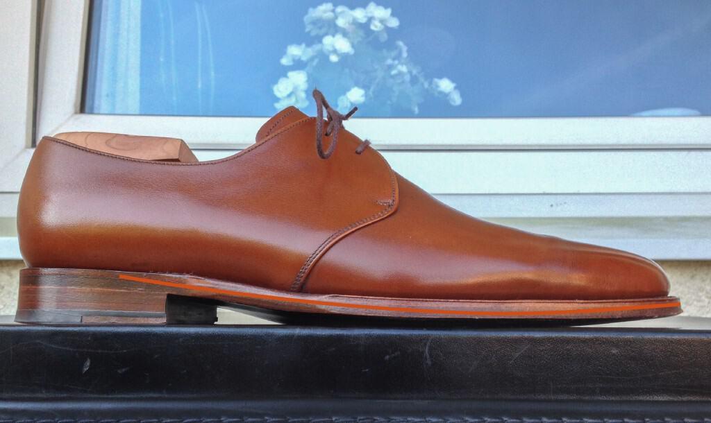 Den här skon från J. FitzPatrick har relativt låg klack, och låg toe spring. Det innebär att skon måste böja sig väldigt mycket i varje steg, tänk att de yttre ändarna på den röda linjen ska vikas ihop mot varandra, och här har den vinkeln ett högt gradantal, så att säga.