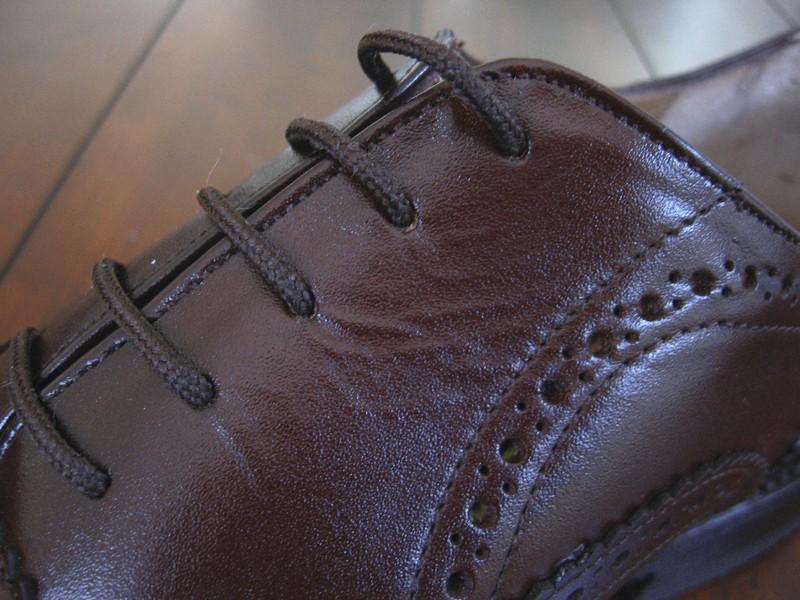 """...men tittar man lite närmre, och framför allt provar och känner på skorna (ja, testat och inspekterat både John Does och Store Moustaches skor) märker man att kvaliteten inte är på topp. Ovan bild på """"facingen"""" som är en av de delar som brukar komma från de sämsta bitarna av hudarna, vilket syns tydligt här"""