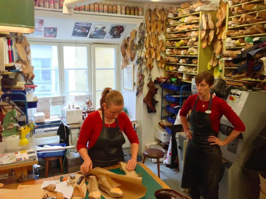 Två av Sveriges främsta skomakare, Carina Eneroth och Åsa Hermansson på Skomakeri Framåt i Stockholm. Hos dem finns också ett par andra duktiga kvinnliga skomakare och lärlingar, precis som hos exempelvis Mano Skoservice i Stockholm, Shoe:remake i Linköping, Nilssons Skomakeri i Skellefteå, och J'n'J Skoservice i Göteborg.
