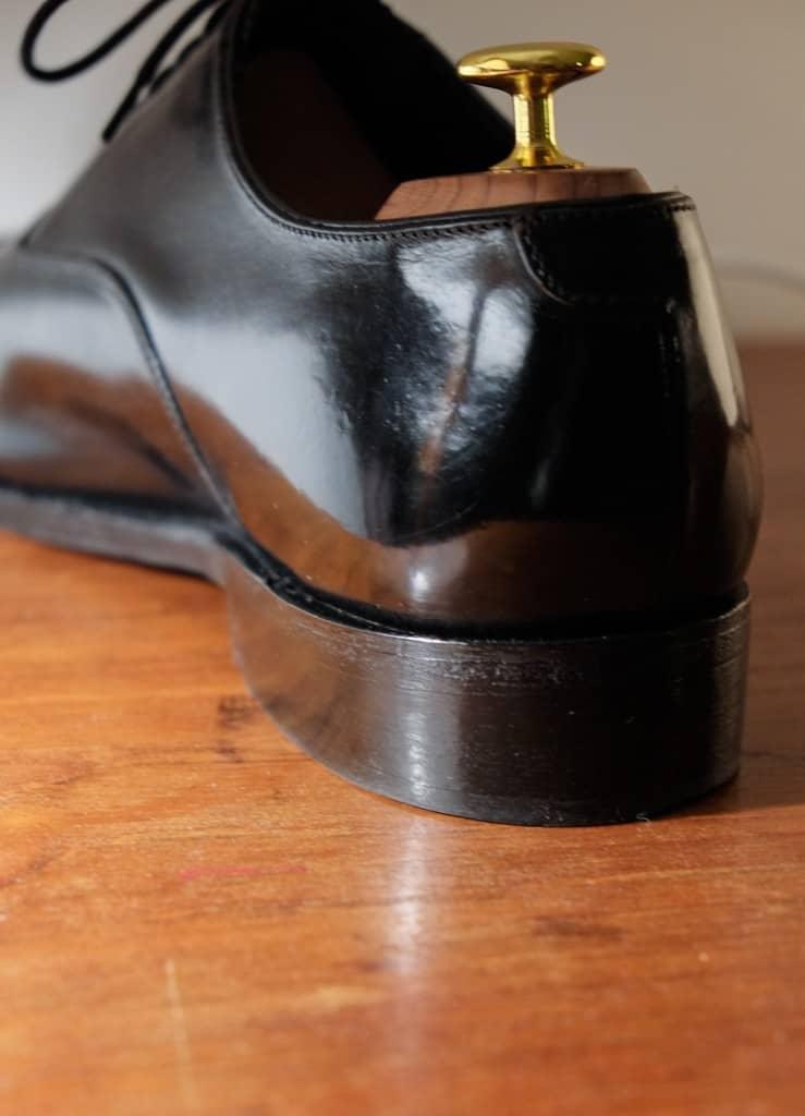 Klacken är slipad med svagt inåtlutande profil, vilket ger ett mer elegant intryck.