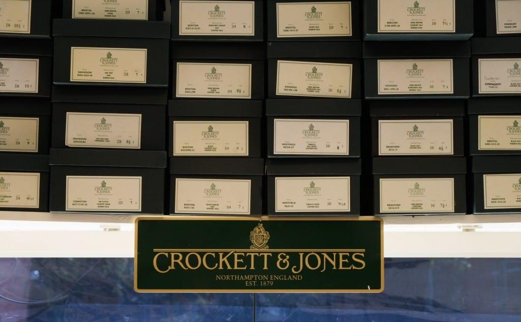 Ordning och reda i butiken. Ett stort utbud av Crockett & Jones finns att tillgå, och det som inte finns hemma levereras snabbt från Sverigelagret som finns 40 minuter bort i Helsingborg.