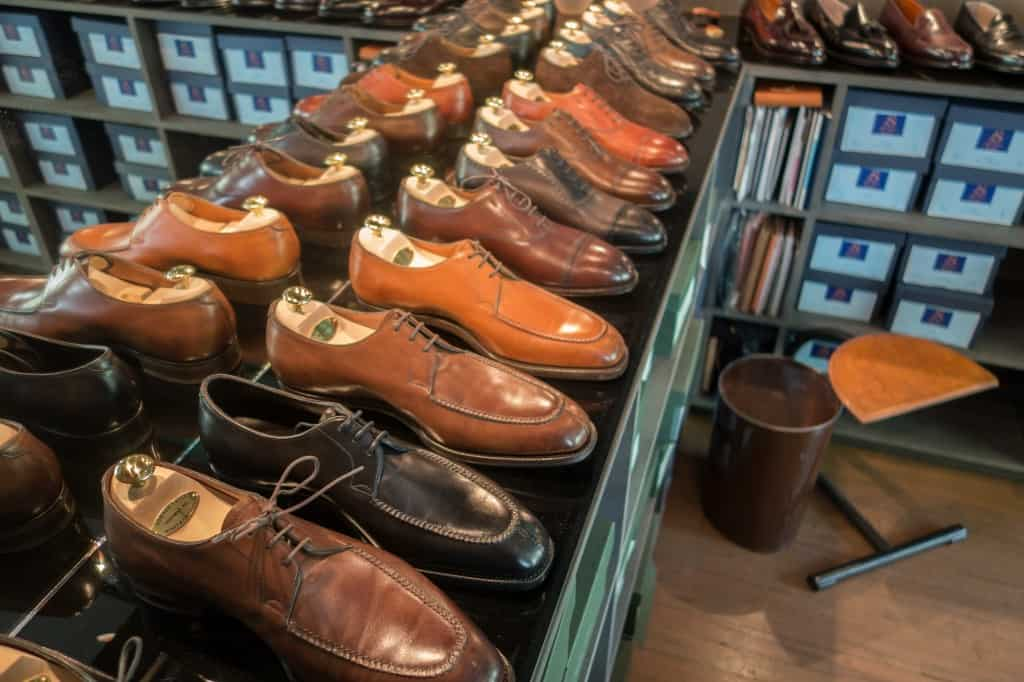 Några Edward Green-modeller, bland annat tre varianter av split toen Dover. Skomaker Dagestad har en strategi där man handlar direkt med fabrikerna, och ser till att sälja dem för samma pris som i skornas hemland. Därför prissätts exempelvis Edward Green och och Gaziano & Girling i pund, vilket sedan räknas om till norska kronor innan köp. Det här är ett sätt för att säkerställa att folk köper skorna hos dem, och inte försöker hitta de billigare på nätet.