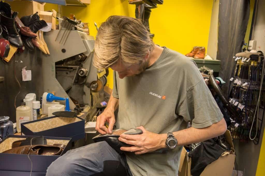 Skomakaren Thomas som bor en bit ifrån Oslo, men hjälper till i skomakeriet ibland. Här förbereder han en sko för slitsulning.