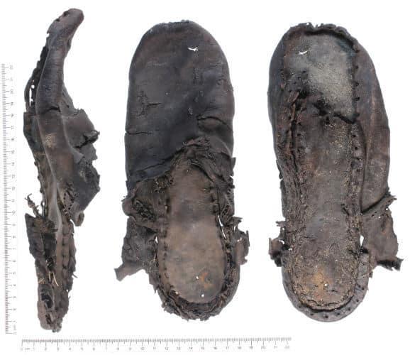 En äkta gammal randsydd sko, som är gjord enligt bild ... ovan, alltså en randsydd sko men som fortfarande vändes ut och in. Bild: Finds.org