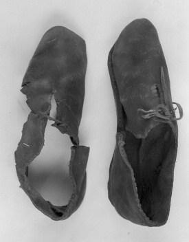 Bockstensmannens skor, där framför allt högerskon var välbevarad. En vändsko med två snörhål, som kallas frontsnörsko. Bild: Hallands Kulturhistoriska Museum