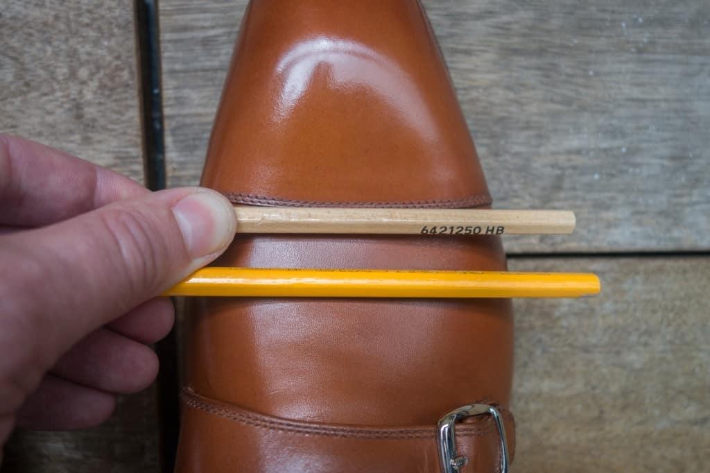 Placera pennorna med ett litet mellanrum över den så kallade ballen på foten, alltså bredaste stället, där skons flexområde är. Man ska inte haka upp sig för mycket på var tåhättan slutar, det varierar från sko till sko. Som på dessa är den yttre tåhättan väldigt lång och sömmen hamnar därför långt bak, vilket gör att vecken behöver placeras precis bakom sömmen.