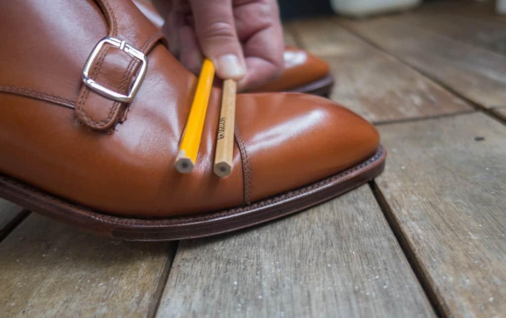 Böj sedan skon kraftigt, som om du skulle ta ett långt steg eller liknande. Det gäller att våga böja ordentligt och faktiskt skapa ordentliga veck. Det är ju för framtiden man gör detta, så man får ta att de blir mer veckiga än om man fingår med lätta steg i lägenheten i början annars. På bilden håller jag dem bara med en hand för att kunna ta bilden, men när man gör detta ska man hålla i pennorna med båda händerna och hålla de fixerade. Har man möjlighet kan man också be någon om hjälp att hålla pennorna.