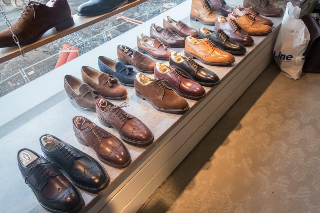 Loake hade som sagt ordentligt med skor med sig, på översta bilden syns 1880-uppställning med modeller på Capital-lästen, på denna bild blandat 1880 och Shoemaker-lågskor...