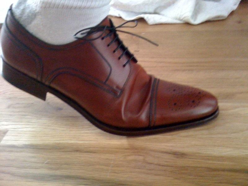 En sko som har för mycket volym vid ballen, vilket gör att det blir massa överskottsläder som gräver sig in i foten. Bild: Styleforum