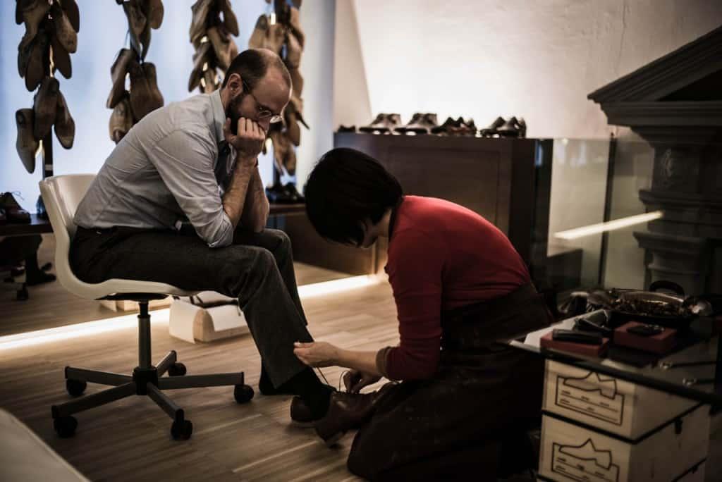 Att få utprovat skor med vägledning av en person har goda kunskaper om passform är det bästa sättet att hitta RTW-skor som sitter bra. Bild: Permanent Style