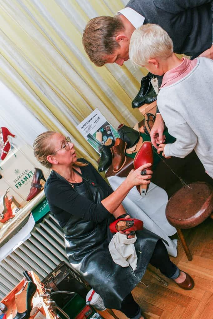 Carina Eneroth visar skotillverkning för intresserade besökare.